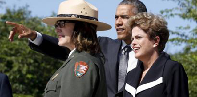 Presidentes Dilma Rousseff e Barack Obama, ao lado de uma guarda florestal, admiram o Memorial Martin Luther King, em Washington. (Reuters/Kevin Lamarque)