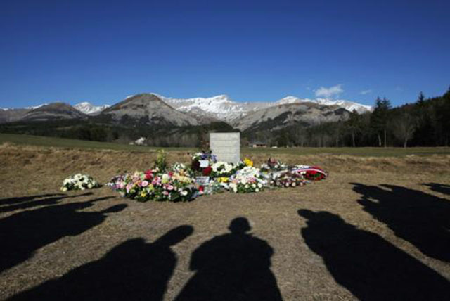 (Abril) Homenagem no vilarejo francês de Le Vernet às vítimas da queda do Airbus da Germanwings (Foto de Jean Christophe Magnenet/AFP)