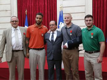 Da esquerda para a direita, em redor do presidente Hollande: o britânico Chris Norman, os americanos Anthony Sadler, Spencer Stone e Alek Skarlatos, 24 de Agosto de 2015 no Eliseu. (REUTERS/Michel Euler/Pool)