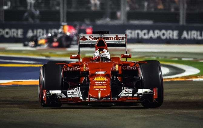 Ferrari's German driver Sebastian Vettel powers his car during the Formula One Singapore Grand Prix in Singapore on September 20, 2015. (AFP PHOTO / Philippe Lopez AUTO-PRIX-SIN-F1)