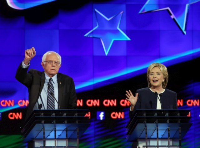 Bernie Sanders e Hillary Clinton lado a lado no debate em Las Vegas (Joe Raedle/Getty Images/AFP)