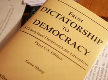 """From dictatorship to democrary"", livro de Gene Sharp. (RFI)"