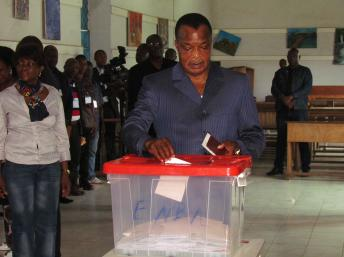 O presidente do Congo , Denis Sassou-Nguesso vota no referendo de 25 de Outubro de 2015 (AFP PHOTO)