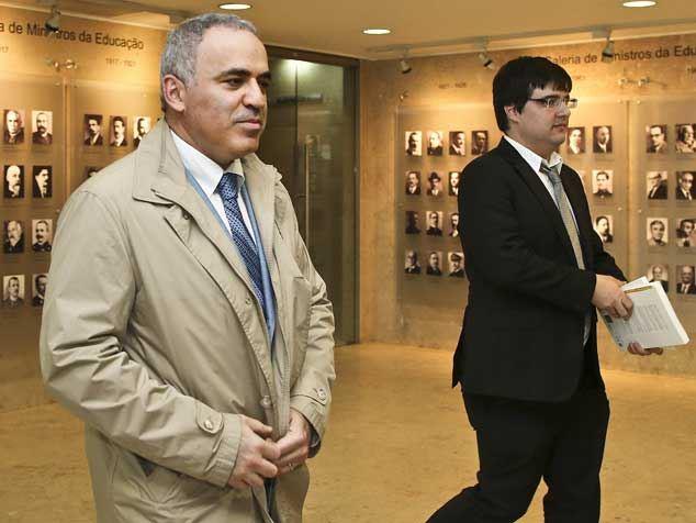 Kasparov: «Putin joga as peças para fora do tabuleiro»