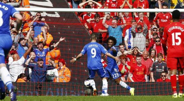 Chelsea vence em Liverpool e mantém-se na luta pelo título