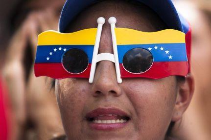 Pelo menos dois veículos queimados em onda de protestos na segunda-feira na Venezuela