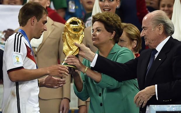 Dilma recebe vaias no Maracanã ao entregar taça à Alemanha