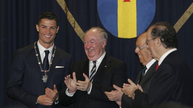 CR: Medalha de Mérito da Madeira e uma estátua de 3 metros