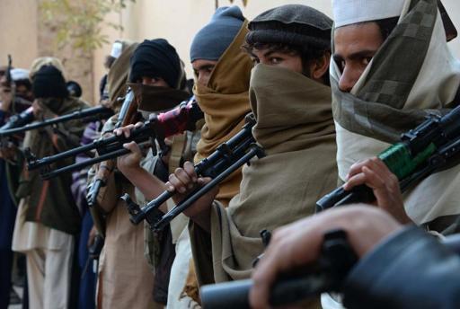 Ex-combatentes talibãs em cerimônia em Jalalabad no dia 8 de fevereiro de 2015 (Foto de Noorullah Shirzada/AFP/Arquivos)