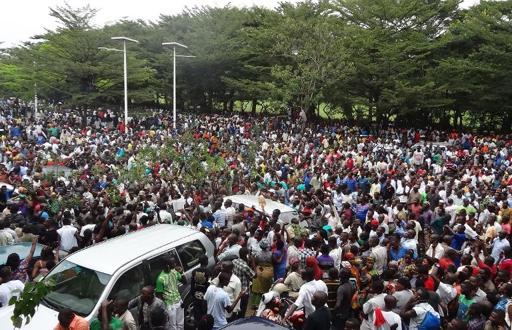 Multidão se reúne em frente à sede da rádio RPA no Burundi (Foto de Esdras Ndikumana/AFP)