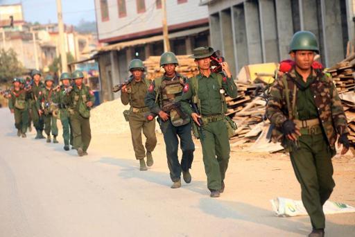 Soldados da Birmânia são vistos da região conflituosa de Kokang, em 16 de fevereiro de 2015 (Foto: AFP)