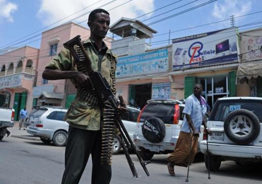 Membro da força federal patrulha uma rua de Mogadíscio (Foto: Mohamed Abdiwahab/AFP)