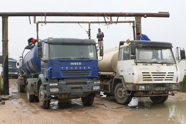 Camiões abastecerem água nas girafas da EPAL no KIKUXI em Viana (Foto: ilustração - Pedro Parente)