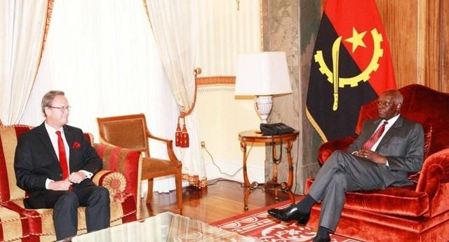 Presidente José Eduardo dos Santos recebe em audiência embaixador da Bélgica, Charles Delogne (Foto de Francisco Miudo)
