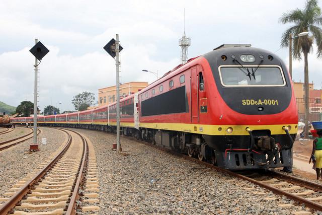 Comboio do CFL colhe homem no troço Musseque/Viana