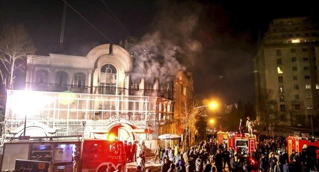 Manifestantes iranianos 'se vingam' da Arábia Saudita por execução de clérigo
