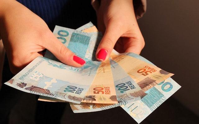 Salário mínimo vai subir para R$ 979 em 2018, prevê LDO