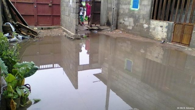 Águas paradas em Luanda: terreno fértil para a multiplicação de mosquitos (DW)