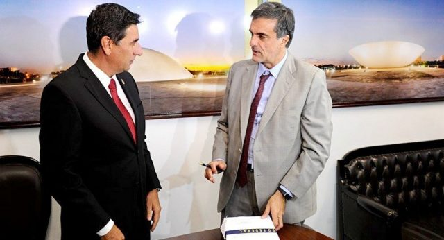 Cardozo entrega defesa de Dilma ao Senado e julgamento começa dia 25 de agosto