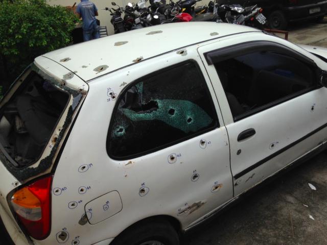 Os policiais dispararam 111 vezes contra o carro em que estavam os cinco rapazes (Foto: Natasha Neri)