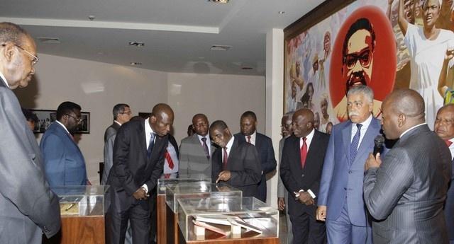 Membros do Comitê Central do MPLA num dos compartimentos do Memorial Dr. Agostinho Neto (Foto: Lucas Neto)
