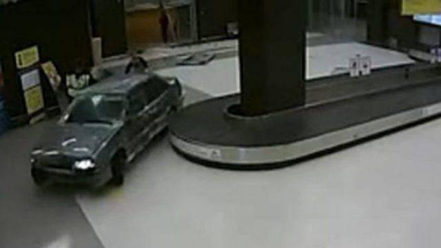 Rússia. Homem entra de carro em aeroporto e esquiva-se à polícia