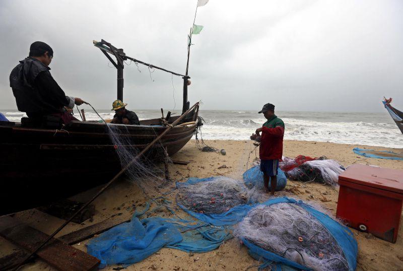 Resgatados com vida três pescadores  desaparecidos em alto-mar
